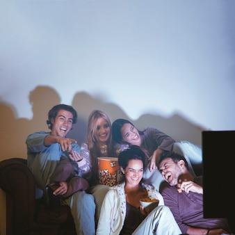 Amigos felices haciendo una noche de película