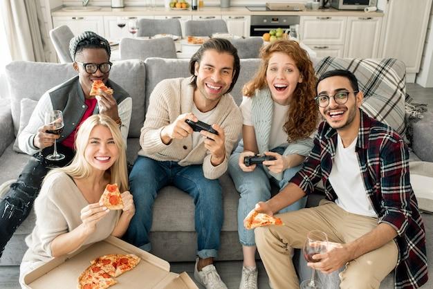 Amigos felices jugando videojuegos