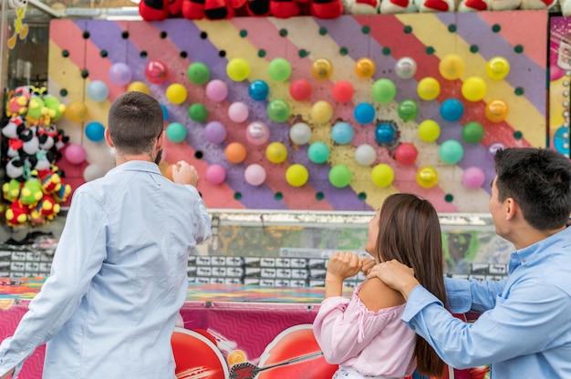 Amigos felices en el parque de atracciones