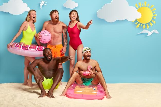 Amigos felices pasan tiempo libre en la playa