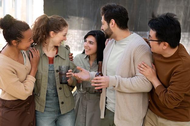 Amigos felices de plano medio charlando