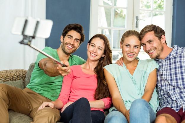 Amigos felices que toman selfie