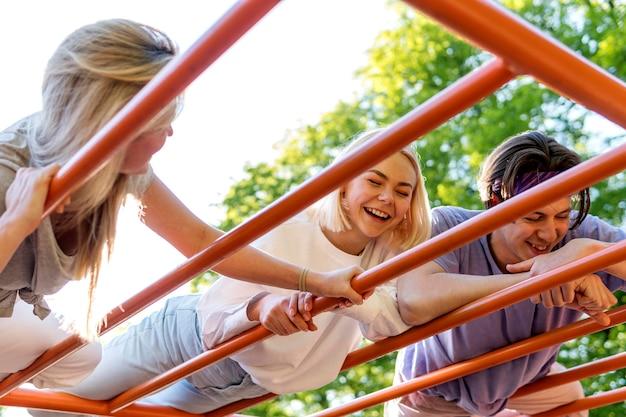 Amigos felices riendo al aire libre