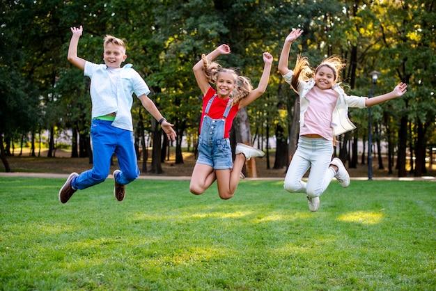 Amigos felices saltando juntos