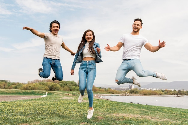 Amigos felices saltando