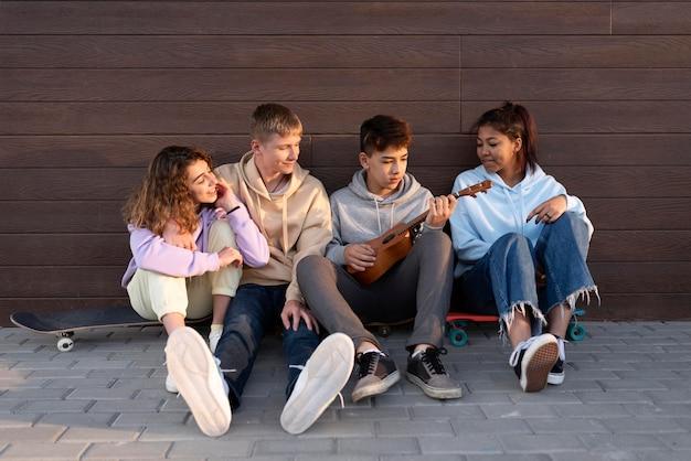 Amigos felices sentados al aire libre