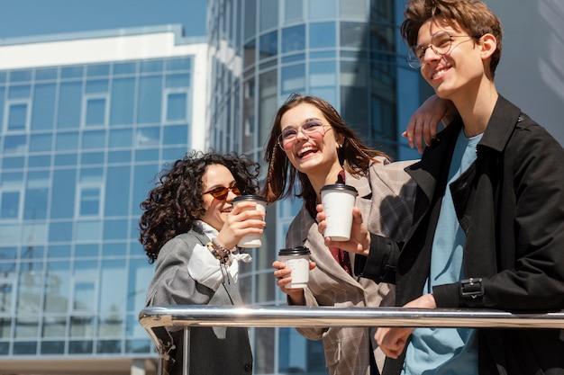 Amigos felices con tazas de café