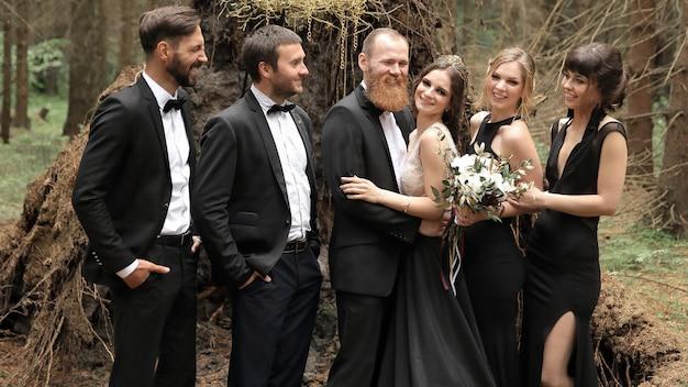 Amigos felicitan a los novios con la boda