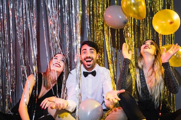 Amigos de fiesta en celebraciones de 2018