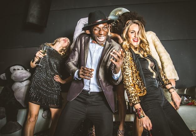 Amigos de fiesta en una discoteca