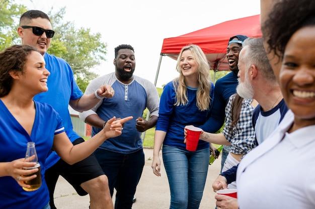 Amigos de fiesta en un evento de puerta trasera