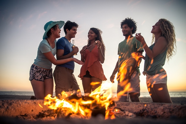 Amigos de fiesta en la playa