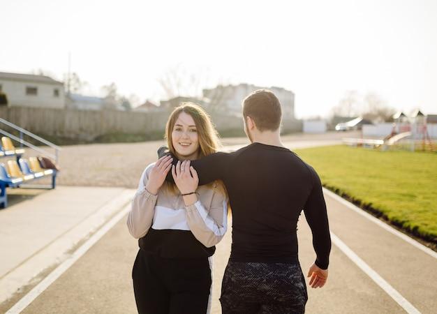 Amigos fitness entrenamiento juntos al aire libre viviendo activo saludable