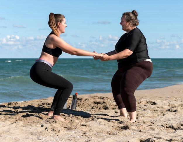 Amigos de fitness vista lateral entrenando juntos