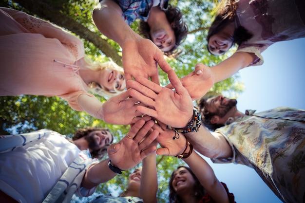 Amigos formando una pila en el parque