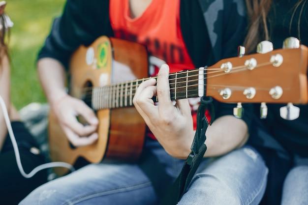 Amigos con una guitarra