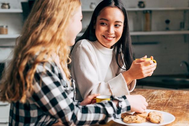 Amigos hablando mientras comen