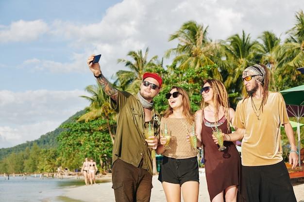 Amigos hablando selfie en la playa