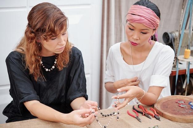 Amigos haciendo joyas