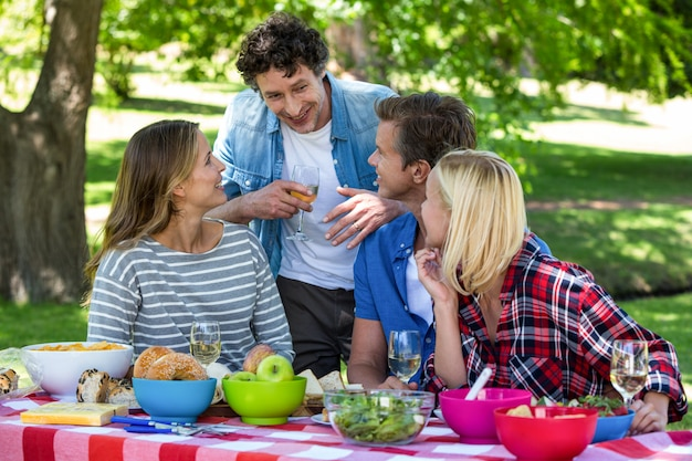 Amigos haciendo un picnic con vino