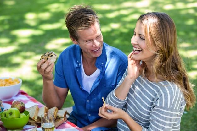 Amigos haciendo un picnic