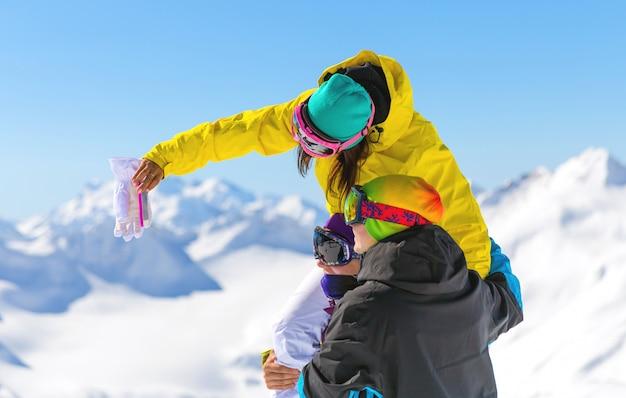 Amigos haciendo selfie alto en las montañas