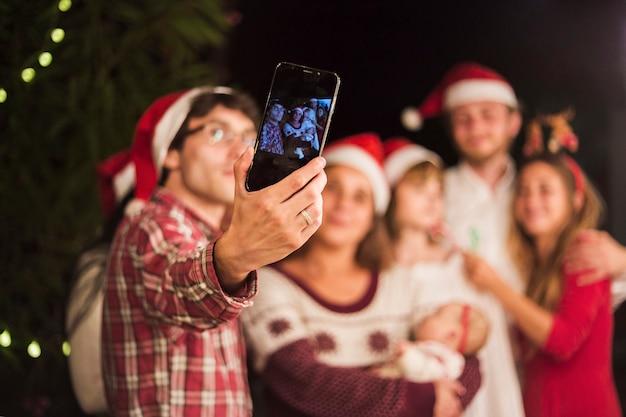Amigos haciendo selfie en fiesta de navidad