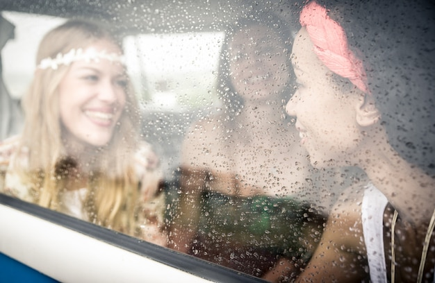 Amigos hippies conduciendo una minivan