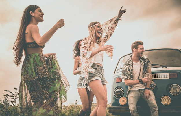 Amigos hippies divirtiéndose