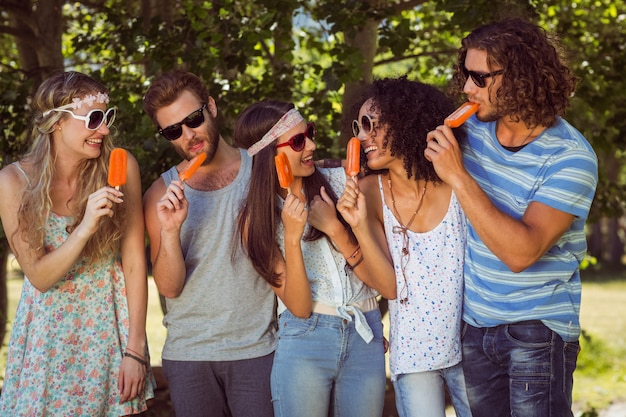 Amigos hipster disfrutando de polos de hielo