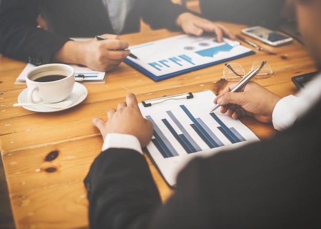 Amigos de hombres de negocios asiáticos discutiendo las fallas