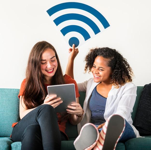 Amigos con el icono de señal wifi