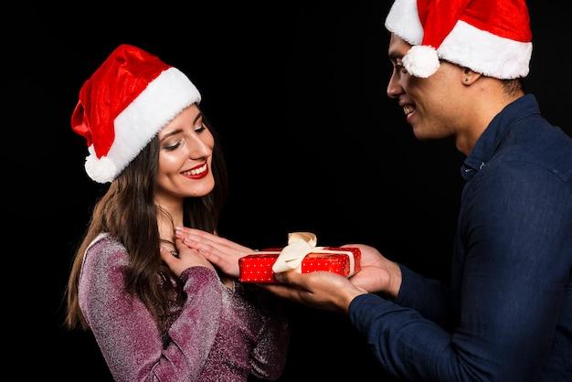Amigos intercambiando regalos en la fiesta de año nuevo