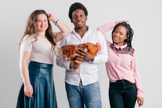Amigos interraciales con polla posando en estudio