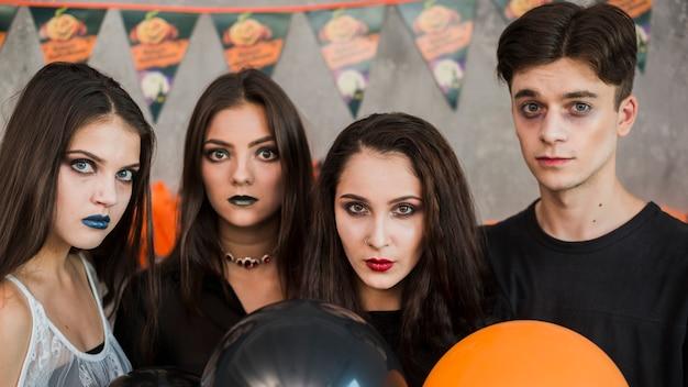 Amigos jóvenes celebrando halloween