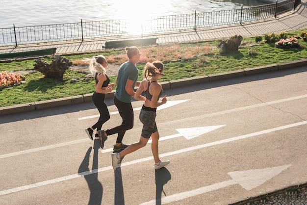 Amigos jóvenes corriendo en el parque