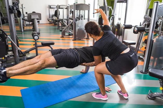 Amigos jóvenes entrenando en el gimnasio