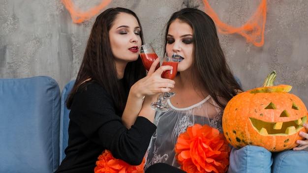 Amigos jóvenes en fiesta de halloween