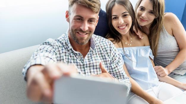 Amigos jóvenes haciéndose un selfie