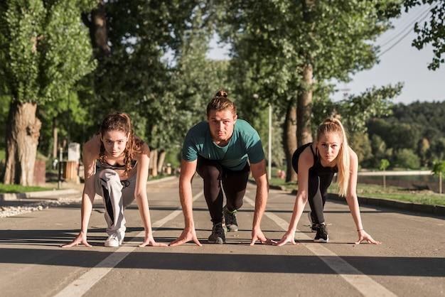 Amigos jóvenes preparados para correr