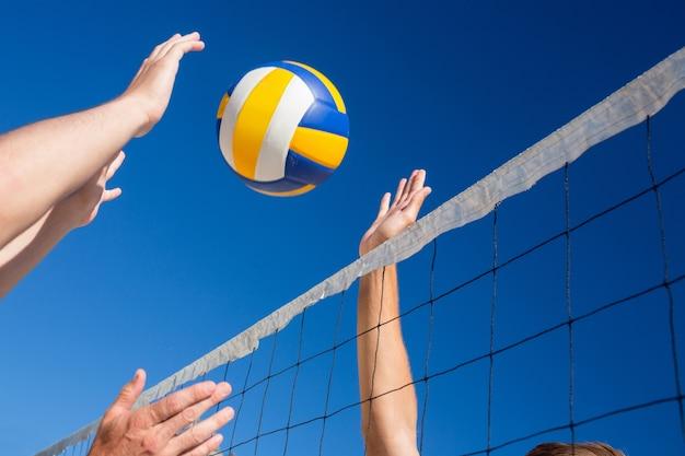 Amigos jugando al voleibol