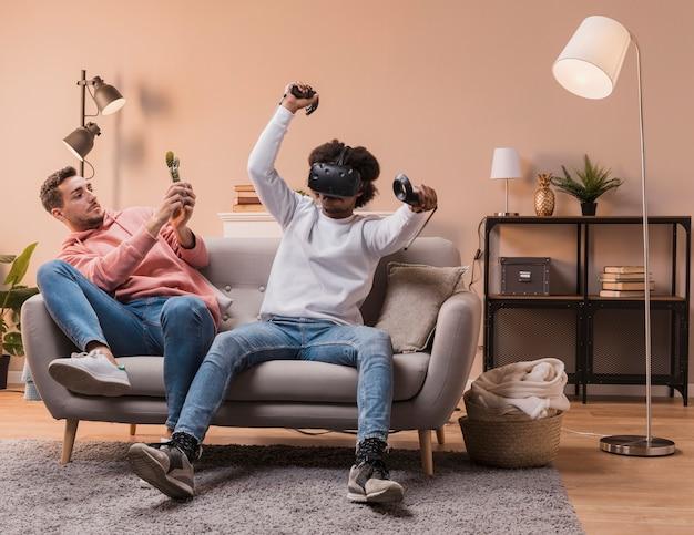 Amigos jugando con auriculares virtuales