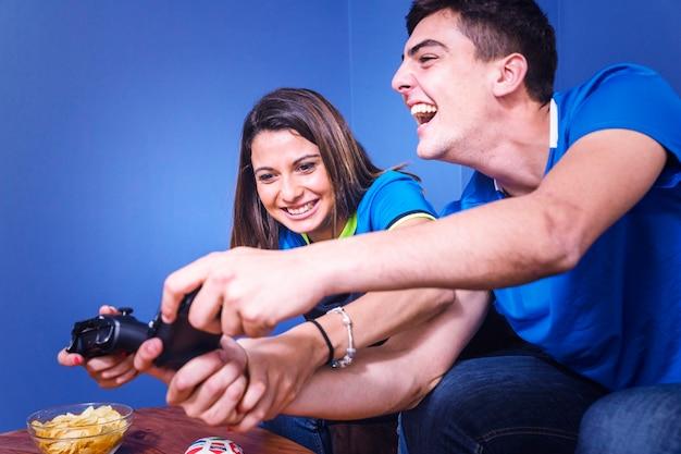 Amigos jugando en la consola