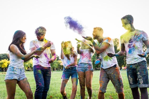 Amigos jugando con holi en polvo