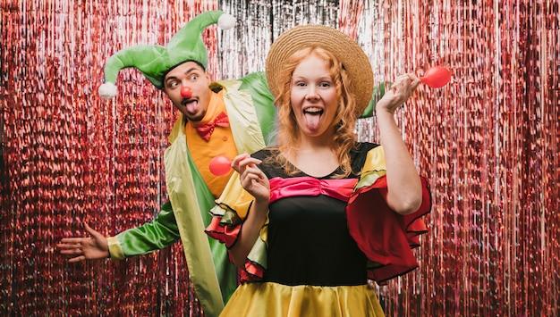 Amigos juguetones disfrazados en la fiesta de carnaval