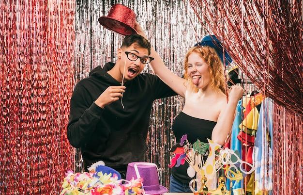 Amigos juguetones en fiesta de carnaval