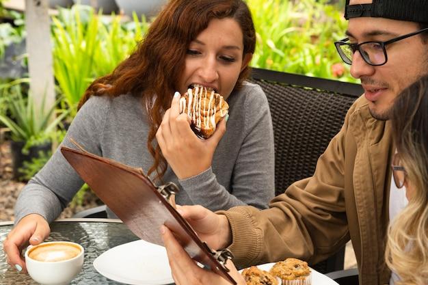 Amigos juntos en la terraza del café