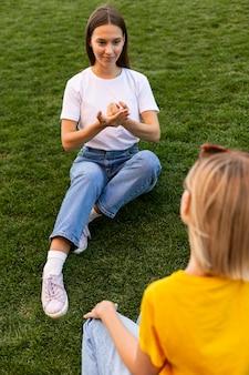 Amigos lenguaje de señas afuera