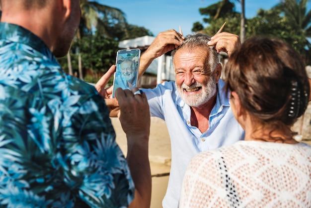 Amigos mayores jugando en la playa