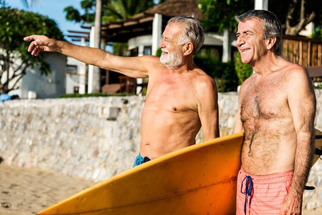 Amigos mayores en la playa